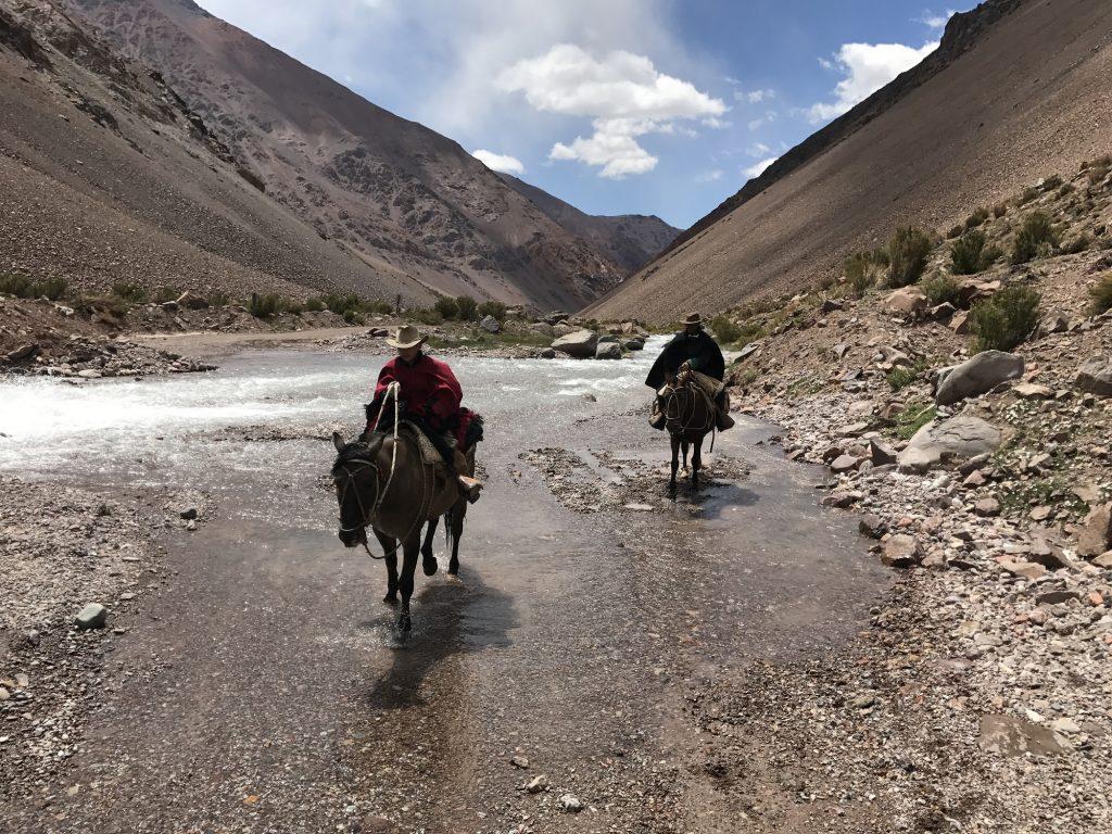 Uno de los tantos cauces que debieron vadear en la campaña andina.