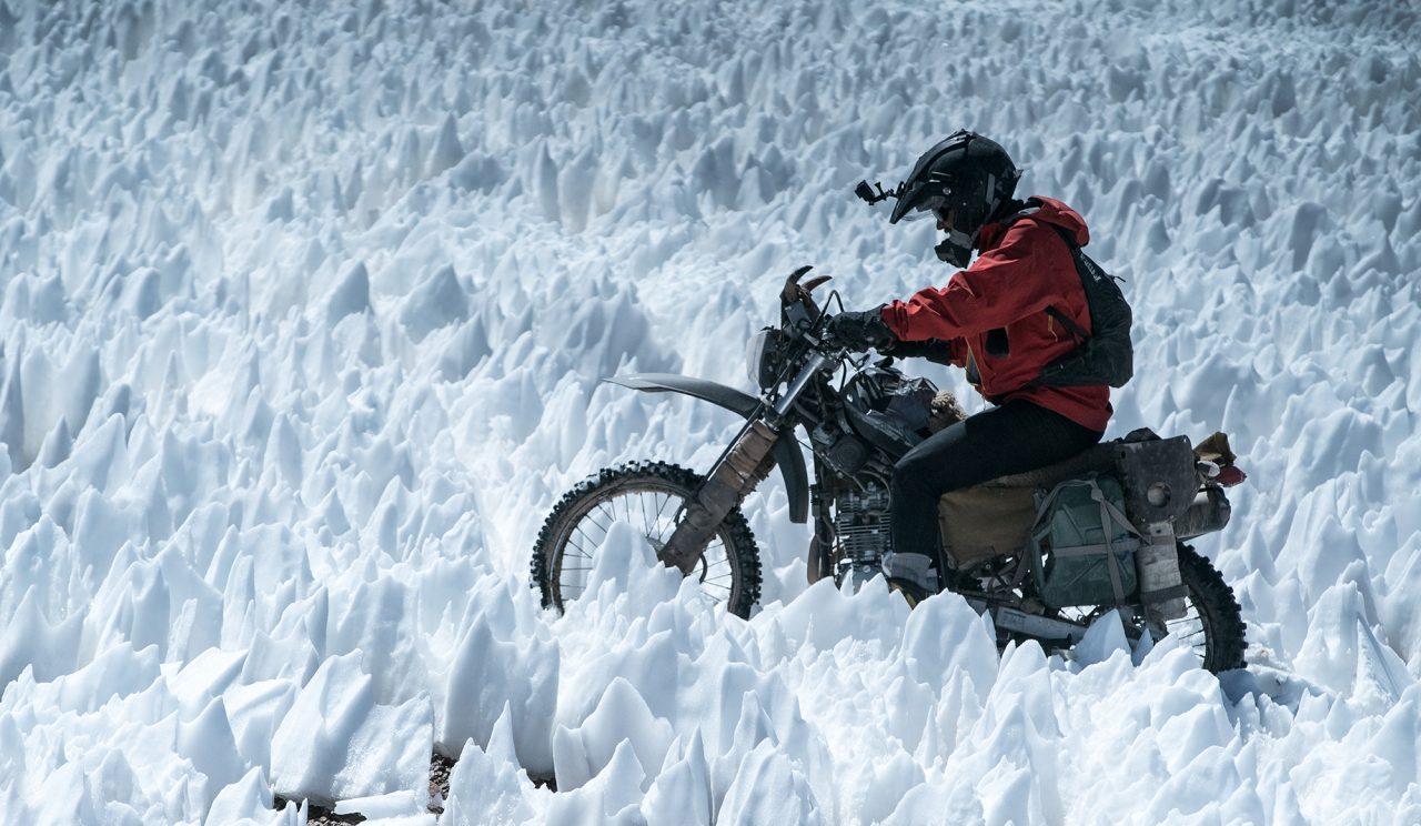 Rompiendo penitentes con la moto en el Pissis (6.779 m), tercer cerro más alto de América. Foto: Gabriel Tarso.