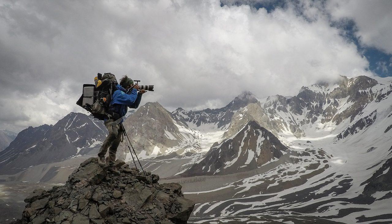 Gabriel Tarso fotografía el impresionante paisaje en la bajada del Nevado Plomo (6.060 m). Foto: Máximo Kausch