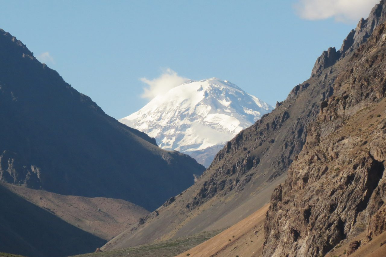 El gran volcán Tupungato asoma al final del periplo.