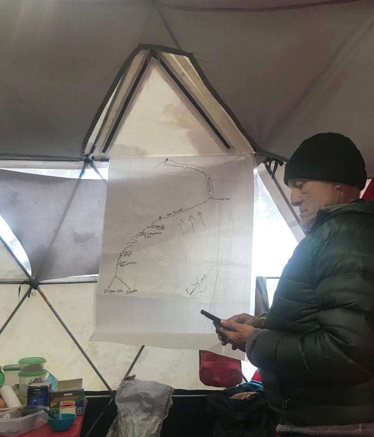 Fernando brinda una explicación técnica del trayecto en el campo base.