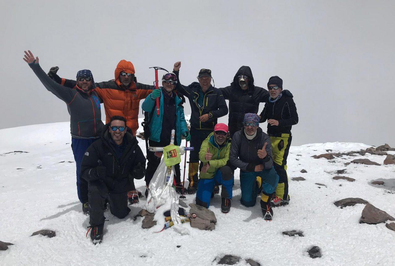 Garrido con su grupo de clientes hicieron cumbre en una temporada con mucha nieve.