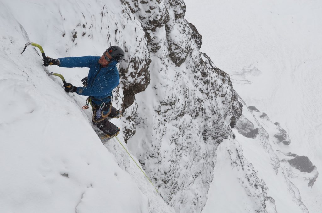 """Joaquín Vignao escalando en """"El Manto"""" del otro lado del túnel en la zona de Las Cuevas."""