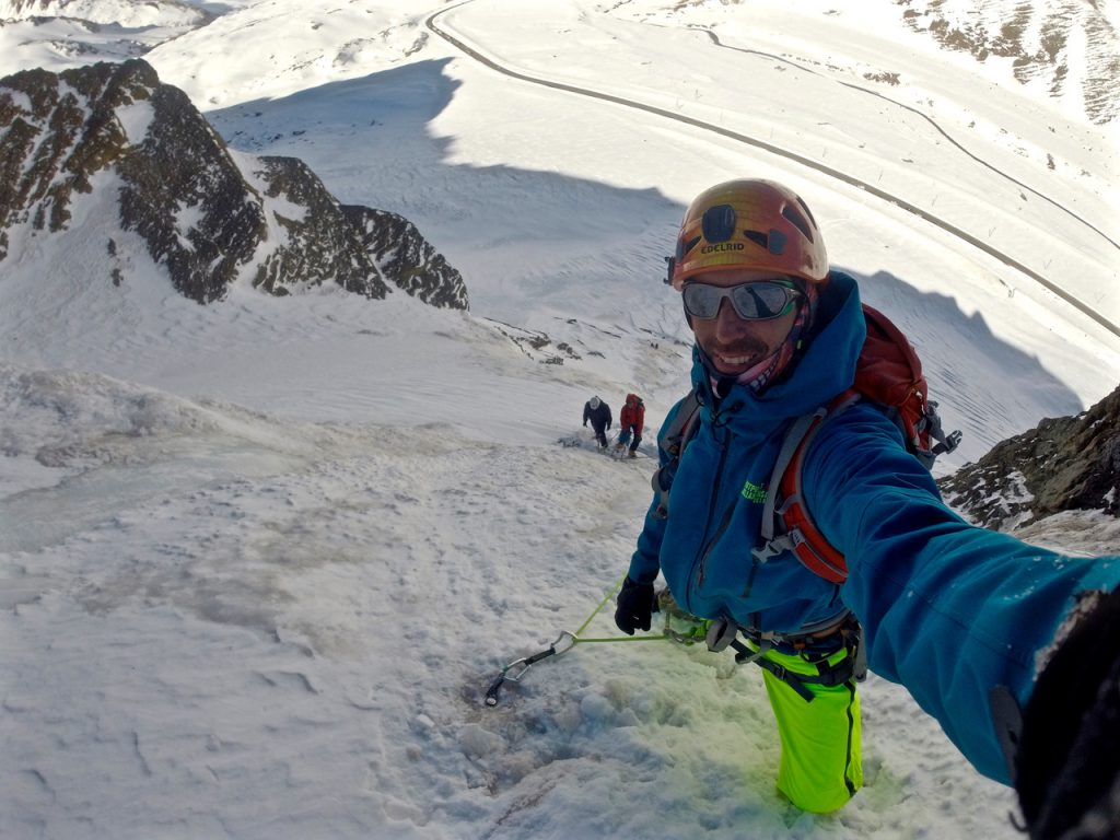 Julián Insarralde abriendo vía para dos clientes durante una guiada a más de 120 metros de altura.