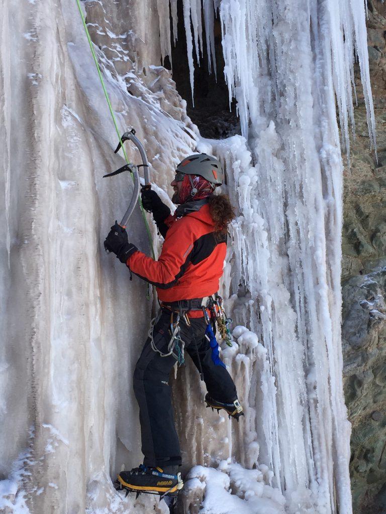 Chicho probando los verticales del Chorro durante curso de hielo 2016 nivel 1.